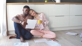 Dobiera się robić domowemu budżet księgowości obsiadaniu na kuchennej podłodze w domu zbiory wideo