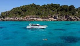 Dobiera się snorkeling z jasną wodą przy Similan wyspą Zdjęcia Stock