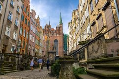 Dobiera się spacer wzdłuż Mariacka ulicy z typowymi kolorowymi domów budynkami wewnątrz blisko bazylika Błogosławiącej dziewicy S zdjęcie stock