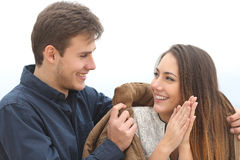 Dobiera się spadać w miłości z nim zakrywa ona z jego kurtką Fotografia Stock