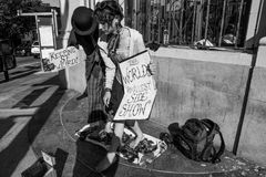 Dobiera się spełnianie w ulicie z ładnymi forum dyskusyjnymi Obrazy Stock