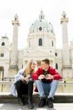 Dobiera się szczęśliwego w miłości bierze selfie autoportreta fotografię w Wiedeń zdjęcie stock