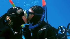 Dobiera się w akwalungu pikowania całowaniu w basenie zbiory