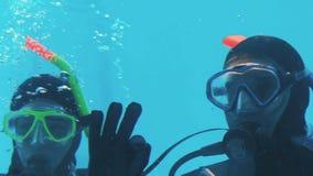 Dobiera się w akwalungu pikowaniu robi ok znakowi z rękami zdjęcie wideo