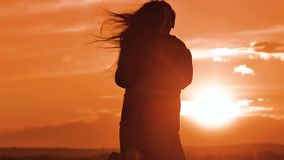 Dobiera się w miłości ściska przy zmierzchu światła słonecznego sylwetką rodzinna miłości pojęcia miłość Pary dziewczyny i mężczy zbiory