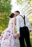 Dobiera się w miłości całuje ręki w lato parku i trzyma Zdjęcie Royalty Free