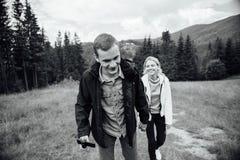 Dobiera się w miłości chodzi w górach, mieć zabawę fotografia stock