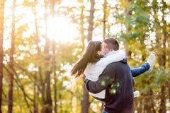 Dobiera się w miłości, mężczyzna przewożenia kobieta w jego rękach Zdjęcie Royalty Free