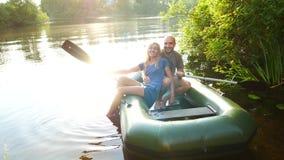 Dobiera się w miłości na łodzi w jeziorze Piękny romantyczny pojęcie zdjęcie wideo