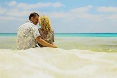 Dobiera się w miłości na brzeg morze obraz stock