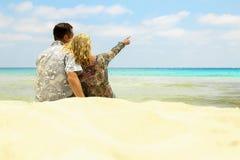 Dobiera się w miłości na brzeg morze zdjęcia stock