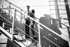 Dobiera się w miłości na rolownikach blisko schodków na ulicie blA Zdjęcie Stock