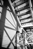 Dobiera się w miłości na rolownikach blisko schodków na ulicie blA Fotografia Royalty Free