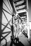 Dobiera się w miłości na rolownikach blisko schodków na ulicie blA Fotografia Stock