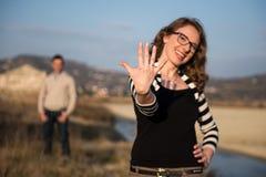 Dobiera się w miłości na zaręczynowym dniu w naturalnym parku fotografia royalty free