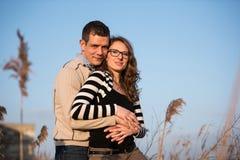 Dobiera się w miłości na zaręczynowym dniu w naturalnym parku zdjęcie royalty free