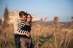 Dobiera się w miłości na zaręczynowym dniu w naturalnym parku zdjęcia stock