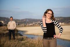 Dobiera się w miłości na zaręczynowym dniu w naturalnym parku obrazy stock