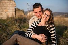 Dobiera się w miłości na zaręczynowym dniu w naturalnym parku obraz stock