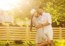 Dobiera się w miłości przy zmierzchu odprowadzeniem w parkowym szczęśliwym, Amerykańskim dre, fotografia royalty free