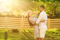 Dobiera się w miłości przy zmierzchu odprowadzeniem w parkowym szczęśliwym, Amerykańskim dre, obrazy stock