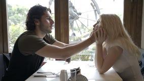 Dobiera się w miłości robi śmiesznym twarzom przy each innym obsiadaniem i czekaniem dla rozkazu w restauraci przy gościem restau zbiory wideo