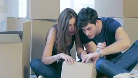 Dobiera się w miłości rusza się inside pudełko i patrzeje zbiory