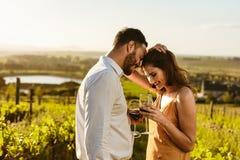 Dobiera się w miłości stoi w winnicy mienia winie obraz stock