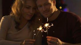 Dobiera się w miłości trzyma Bengal światła i całowanie, odświętność nowego roku wigilia zbiory wideo