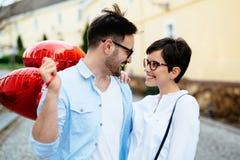 Dobiera się w miłości trzyma czerwonych baloons serca na walentynki Zdjęcia Royalty Free