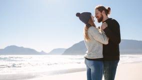 Dobiera się w miłości wydaje czas wpólnie przy plażą fotografia stock
