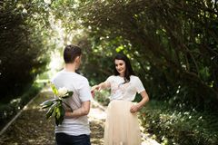 Dobiera się w miłości - Zaczynać Love Story Mężczyzna i dziewczyny romantyczna data w parku Obrazy Royalty Free