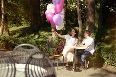 Dobiera się w miłości - Zaczynać Love Story Mężczyzna i dziewczyny romantyczna data w parku Zdjęcie Royalty Free