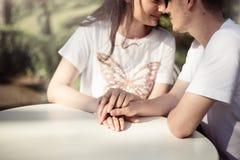 Dobiera się w miłości - Zaczynać Love Story Mężczyzna i dziewczyny romantyczna data w parku Obrazy Stock
