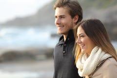 Dobiera się w zimie patrzeje daleko od na plaży Zdjęcie Royalty Free