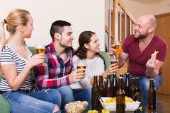 Dobiera się wiszącego out z piwem Fotografia Stock