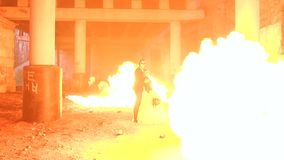 Dobiera się z makeup dla Halloween, w tło ogromnym płomieniu pożarniczy przedstawienie zbiory wideo
