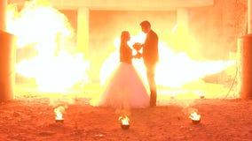 Dobiera się z makeup dla Halloween, w tło ogromnym płomieniu pożarniczy przedstawienie zbiory
