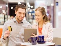 Dobiera się z pastylka komputerem osobistym i kredytową kartą w centrum handlowym Obraz Royalty Free