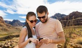 Dobiera się z smartphone w lecie nad uroczystym jarem obraz royalty free