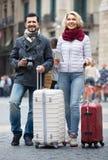 Dobiera się z walizkami, kamerą i mapą, outdoors Fotografia Stock