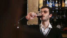 Dobiera się z win szkłami datuje i wznosi toast w restauraci zbiory wideo