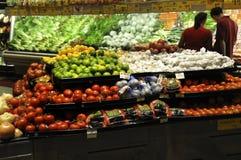 Dobiera się zakupy w owoc i warzywo sekcji sklep zdjęcie royalty free
