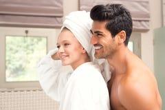 Dobiera się embrassing po prysznic, Atrakcyjna para po ranek prysznic Zdjęcie Royalty Free
