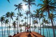 Dobiera si? przy Kokosowego drzewa wzg?rzem w Mirissa, Sri Lanka zdjęcia royalty free