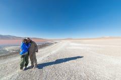 Dobiera się przytulenie przy Laguna Colorada, boliwijka Andes Obrazy Royalty Free
