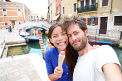 Dobiera się w Wenecja, je lody bierze selfie Fotografia Royalty Free