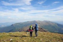 Dobiera się wycieczkowiczy w Carpathians górach z plecakami Obrazy Royalty Free