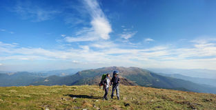 Dobiera się wycieczkowiczy w Carpathians górach z plecakami Zdjęcie Royalty Free