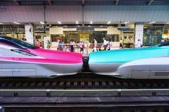 Dobierać się zielone serie E5 i serii E6 Shinkansen pociska czerwoni szybkościowi pociągi Zdjęcie Stock